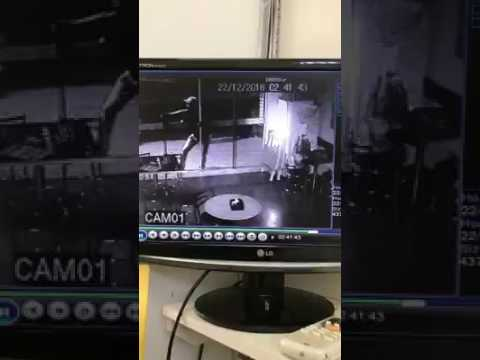 Câmera flagra homem arrombando porta de Açaí, em Mineiros (GO)