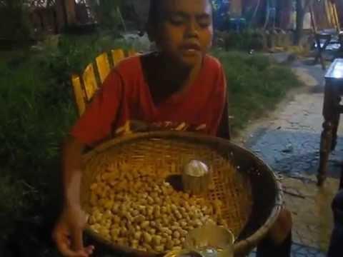 Cậu bé bán hàng rong hát Mưa thủy tinh