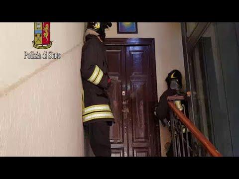 Milano, uomo si barrica in casa e versa solvente a terra: il video del salvataggio