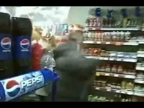 Драка в магазине: не поделили бутылку пива / видео