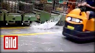 Wassermassen drücken von unten aus den Gullies mitten in die Werkhalle von Ford. BILD jetzt abonnieren: http://on.bild.de/bild_abo