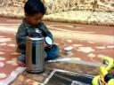 طفل مقهوجي يصب قهوه