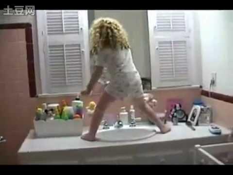 這四歲的妹妹怎麼了,是生活壓抑太久了嗎?在琉理台上大跳舞!