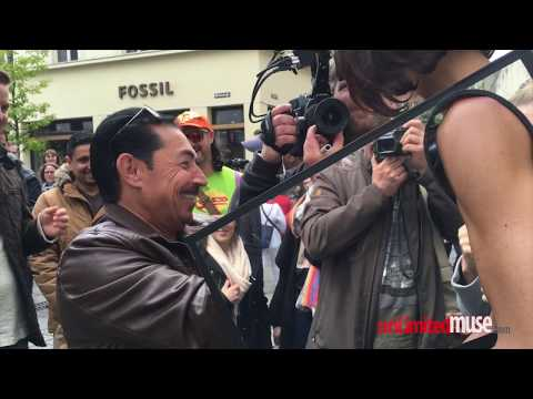 正妹街頭任摸乳房、下體表達女性自主權!被摸到有反應影片!