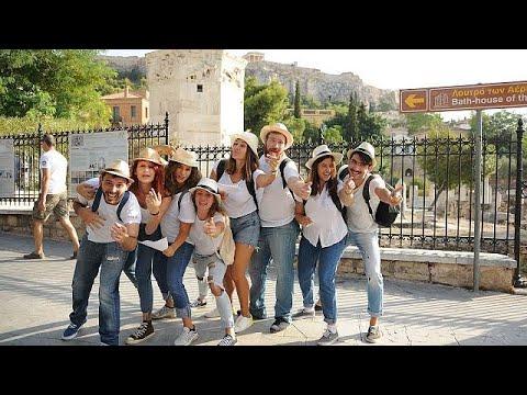 العرب اليوم - شاهد: فرقة ممثلين شباب يؤدون مسرحيات قصيرة خارج الآثار الشهيرة في أثينا
