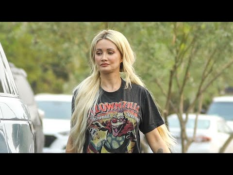Holly Madison Rocks Killer Klowns From Outer Space Tee During Meetup With Bridget Marquardt