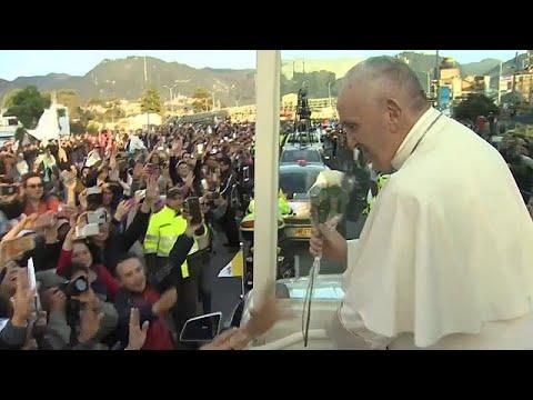 Θερμή υποδοχή του Πάπα στην Κολομβία από χιλιάδες κατοίκους
