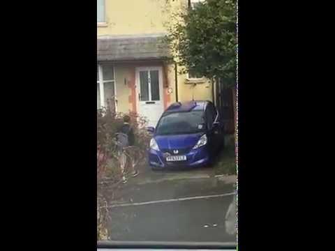 這名男子謊報自家地址給朋友,然後在對面拍下他誤闖鄰居家的爆笑過程…