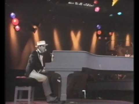 Tekst piosenki Elton John - Kiss The Bride po polsku