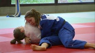 Den Gegener am Boden halten.Beim Judo beginnt der Kampf im Stand und wird auf dem Boden weitergeführt. Der Judoka versucht mit Hilfe des Haltegriffs seinen Gegener auf dem Rücken zu fixieren und ihn 20 Sekunden so zu halten. Dabei sollte er die Möglichkiet haben, selbst in jeder Situation aufstehen zu können. Mit der Hebeltechnik zwingt man den Gegner zur Aufgabe indem man sein Ellenbogengelenk überstreckt.