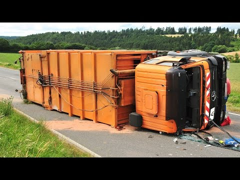 Müll-Lkw kippt um, drei Verletzte