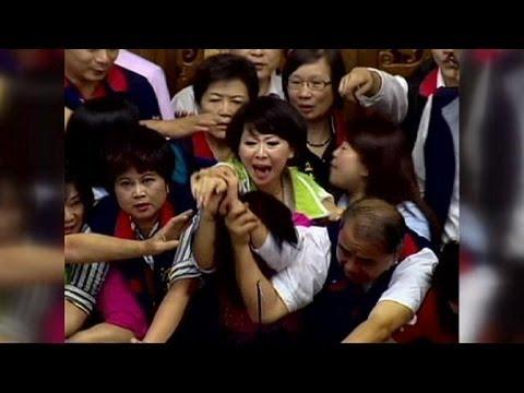 عراك نسائي في البرلمان التايواني