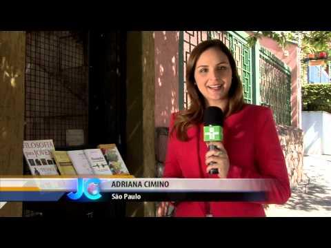 Livreiros deixam livros fora de casa para serem lidos por qualquer pessoa - 12/09/2014