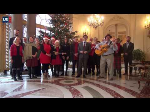 Pozdvižení na americké ambasádě v Praze. Nepracuji a zpívají české koledy!