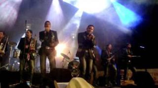 video y letra de Extrañame (audio) por Banda Los recoditos