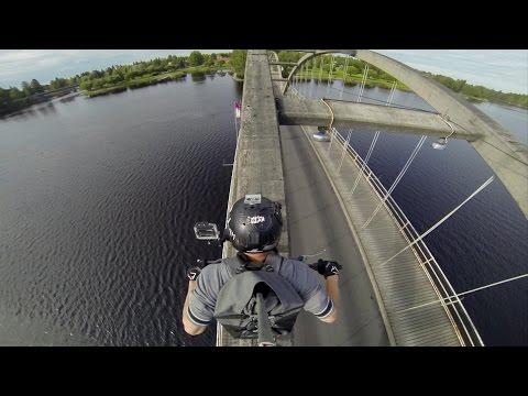 incredibile attraversamento sopra i tiranti di un ponte con una moto