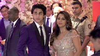 Video LIVE Srk's Son Aryan Khan's GRAND ENTRY With Mother @Mukesh Ambani's Son Akash Ambani's WEDDING MP3, 3GP, MP4, WEBM, AVI, FLV September 2018