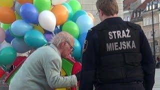 Dziadek z balonami vs straż miejska. Chyba ich zatkało