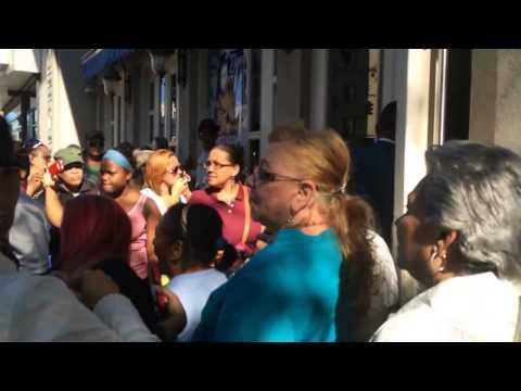 south - Un grupo de dominicanos espero al Ex presidente Dominicana Leonel Fernandez en las afueras del South Beach Restaurant el Sábado 27, 2014. en la ciudad de NY para gritarle Ladrón, Ladronazo...