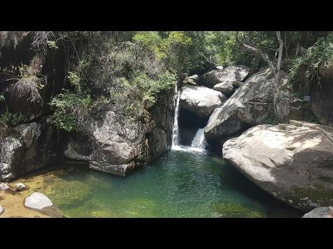 Drone vasculhando todo o Parque Cachoeira das Andorinhas, Alto Caparaó MG imagens em 4k.