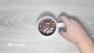 Esta é uma excelente opção para desfrutar de um bolo de alfarroba sem perder muito tempo a cozinhar. Prepare este bolo de caneca de alfarroba em apenas 5 minutos. É rápido e muito saboroso.- Ingredientes -* 1 ovo* 1 c. sobremesesa de farinha de Alfarroba* 2 c. sopa de farinha integral* 1 c. chá de fermento* 1. c. sobremesa de açúcar* 1 c. sopa de leite magro- Modo de Preparação -  1. Juntar todos os ingredientes na liquidificadora2. Misturar tudo durante um minuto3. Servir e polvilhar com bagas goji e um ramo de hortelãPara ver mais receitas de bolos de caneca, clique aqui: http://bit.ly/2nEhNy8Produção de vídeo: Marta Mota (https://www.behance.net/MartaMota)