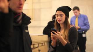 Farah Brook essaie d'embrasser des inconnus à New York