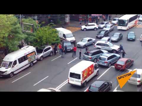 Митингующие перекрыли улицу Амиряна  20.04.2018 - DomaVideo.Ru