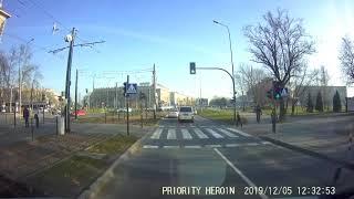 Dzieciak wbiega na czerwonym świetle wprost pod nadjeżdżające pojazdy.