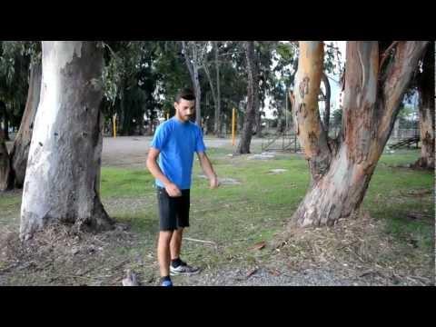رجل يقلد منشار الأشجار