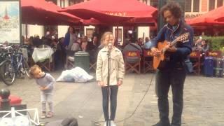 Ojciec błaga ulicznego muzyka aby wystąpił z jego córką. Gdy 11-latka zaczyna śpiewać, nikt nie wierzy, że to jej głos.