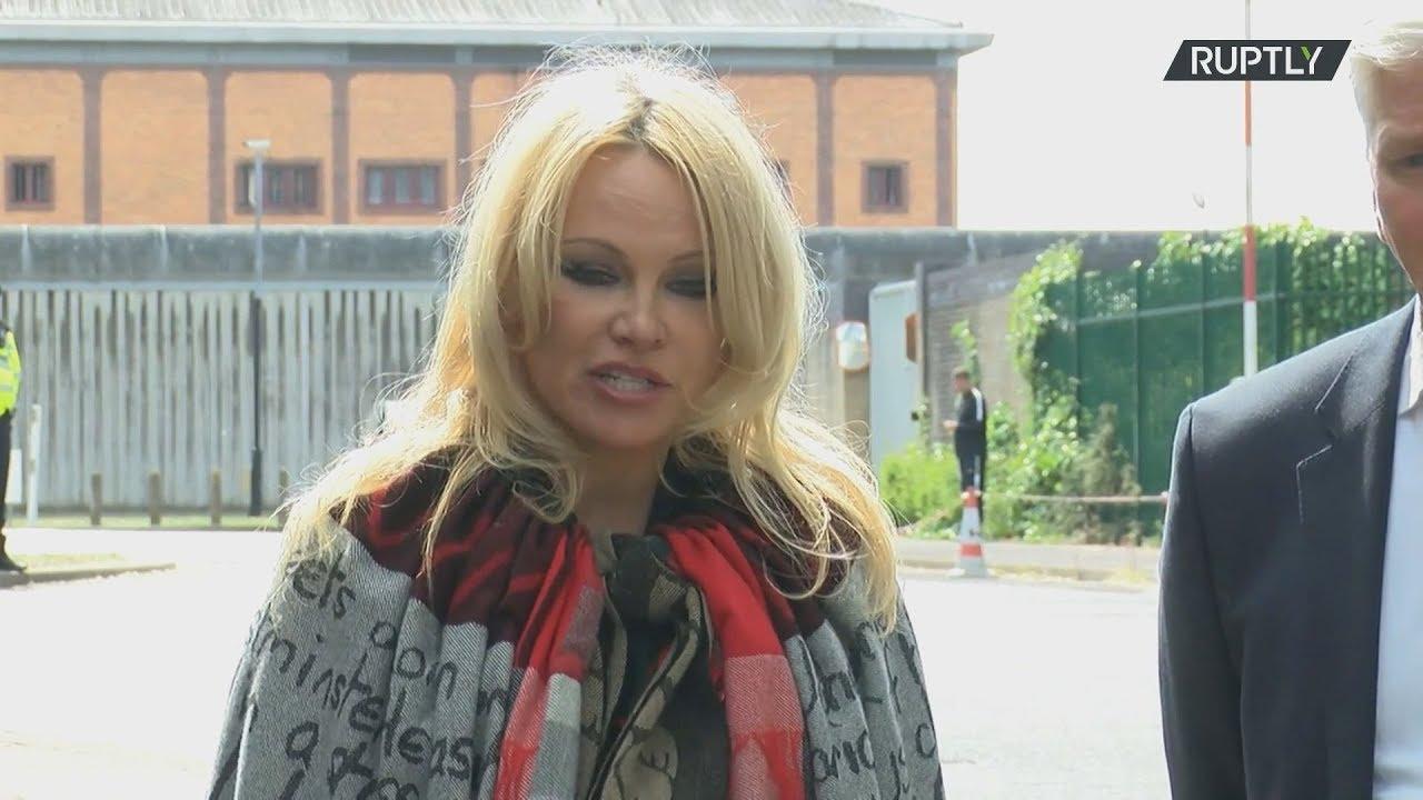 Η Πάμελα Άντερσον επισκέφτηκε στη φυλακή τον Τζούλιαν Ασάνζ