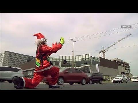 العرب اليوم - شاهد: رجل مرور يتحول إلى «بابا نويل» للترفية عن السائقين
