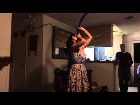 這名女子在家庭聚會上,表演吞超下60公分的長氣球