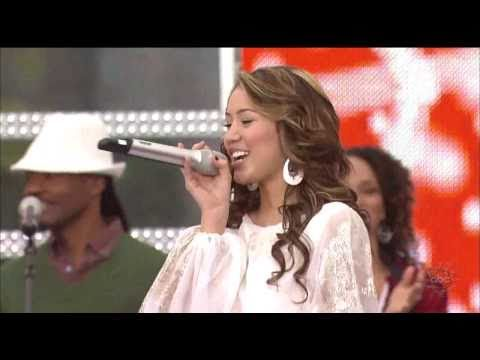 All I Want For Christmas Is You - Miley Cyrus [Live] Christmas Day Parade 2007 HD