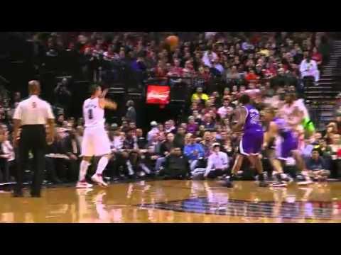 LaMarcus Aldridge dunks on the Kings