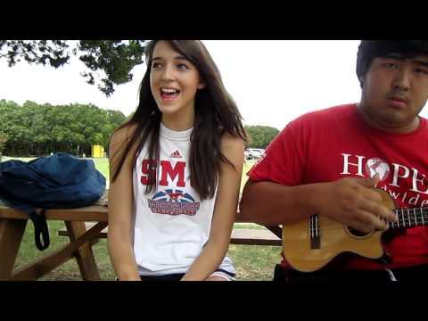 外國少女唱歌