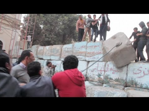 Protesters turn on Cairo's 'walls of shame'