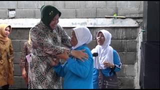 Video Mengharukan, Momen Walikota Risma bertemu pengasuh masa kecilnya. MP3, 3GP, MP4, WEBM, AVI, FLV Mei 2018