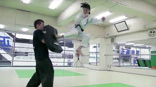 飛び蹴り少女たちの壮絶稽古/『ハイキック・エンジェルス』