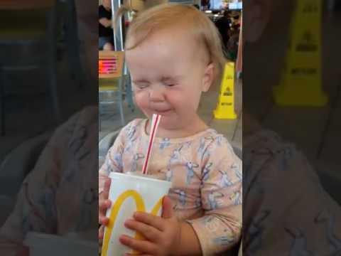 Evie-tyttö maistaa kokista ekaa kertaa – Katso reaktiot
