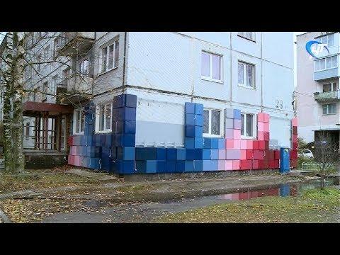 Внимание жителей Великого Новгорода привлек фасад одного из домов на улице Псковская