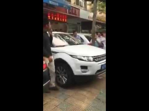 Chinese Land Rover owners repeatedly slams into double parked Jaguar