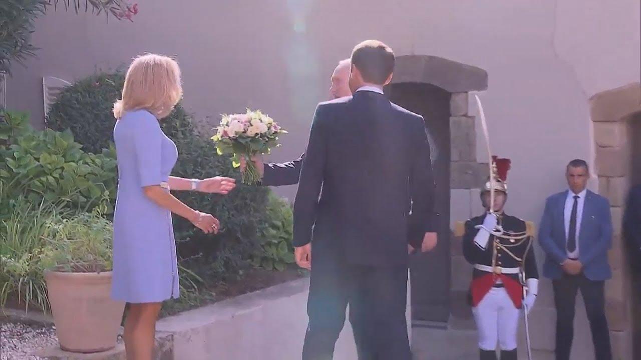 Βίντεο: Η στιγμή που ο Πούτιν προσφέρει ένα μπουκέτο τριαντάφυλλα στην Μπριζίτ Μακρόν