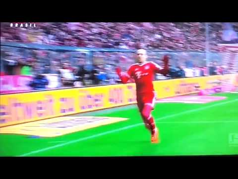 「[サッカー]オランダ代表のアリエン・ロッベンがゴールパフォーマンスの膝スラを華麗に失敗」のイメージ