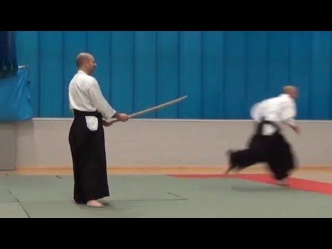 遭遇刀劍襲擊該如何防備呢?這位日本合氣道大師僅用一招就可以保你毫髮無損!