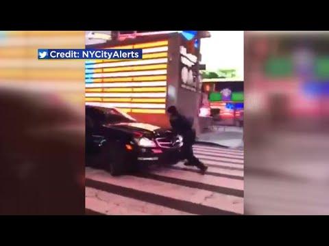 العرب اليوم - شاهد: سيارة تدهس ضابط شرطة في ساحة تايمز سكوير