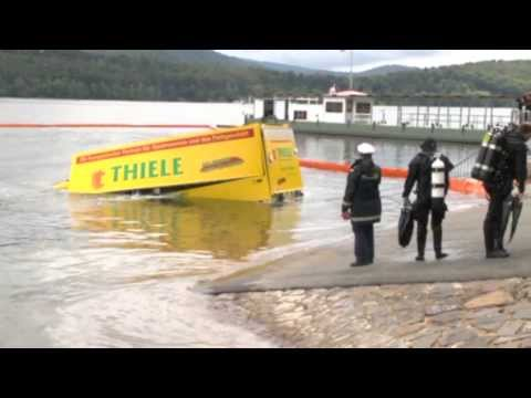 Waldeck: Getränke-Lkw versinkt im Edersee