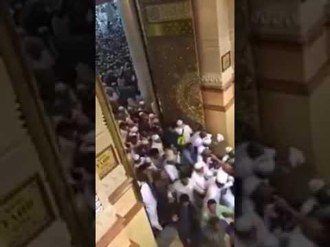لحظة فتح أبواب الحرم النبوي وتدافع المصلين لدخوله