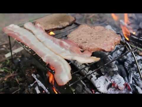 Sinh tồn nơi hoang dã: Chế biến thịt xông khói cực ngon trên lửa trại và ăn sống qua ngày