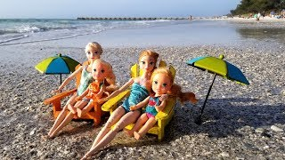 Video Beach ! Elsa and Anna toddlers - sand play - prank - slide - boat - dog - water fun - splash MP3, 3GP, MP4, WEBM, AVI, FLV Maret 2019